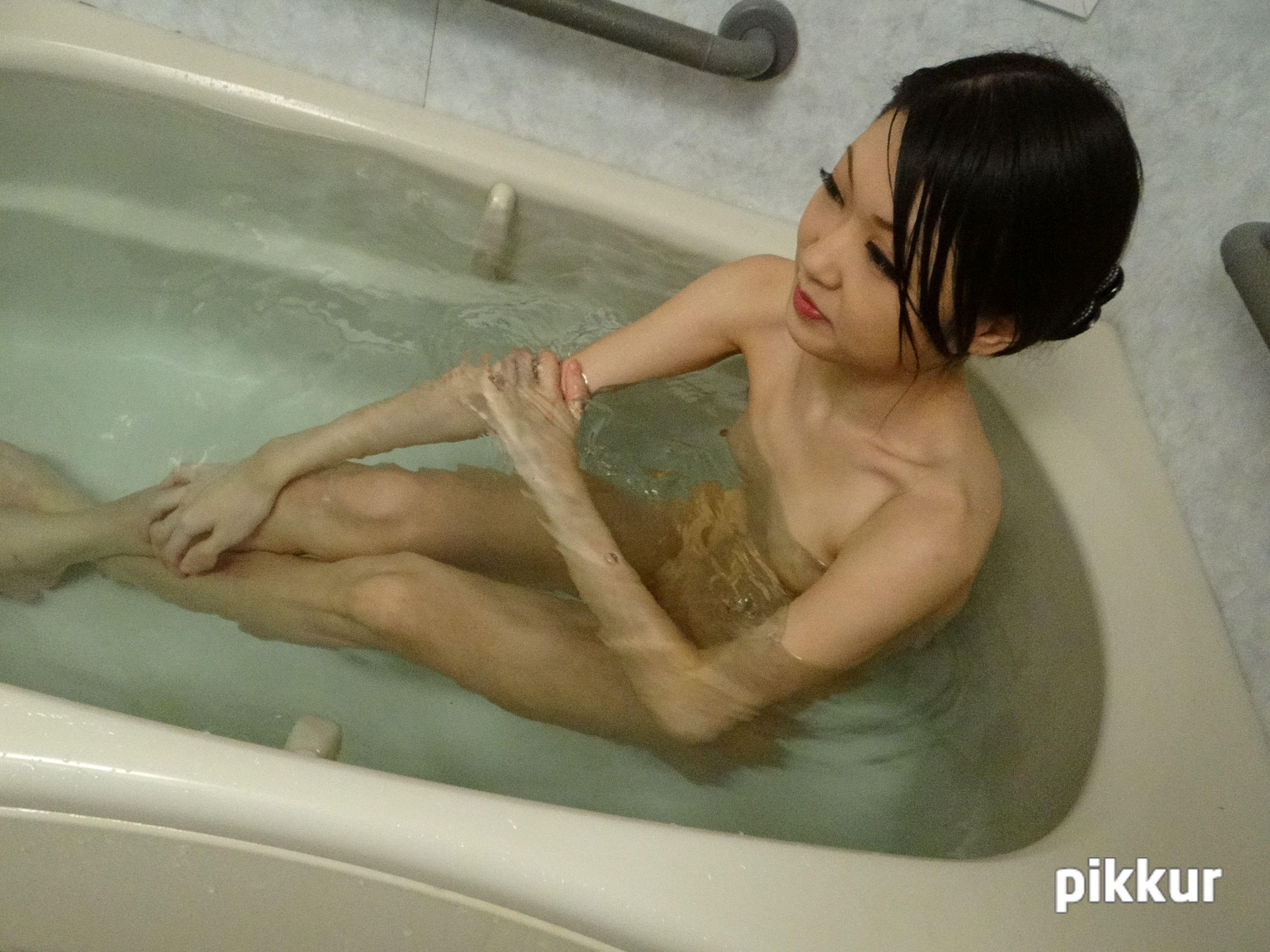 薬局で働く貧乳だけど感度抜群の素人女子がバイト感覚でま〇こ丸見えのジャポルノに出ちゃいました。 Part.2 相田瞳 01
