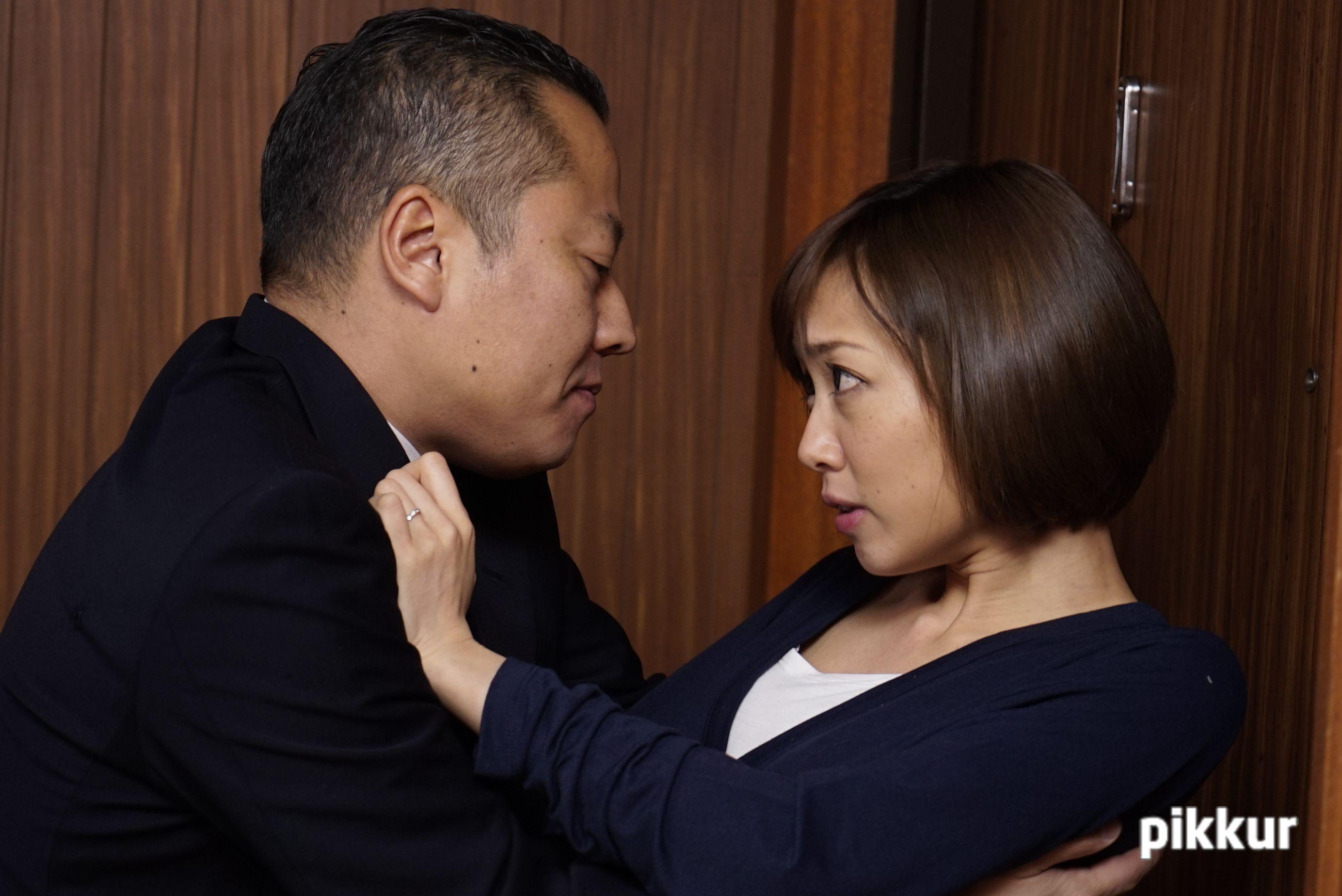 夫の目の前で妻が 〜結婚祝いにきた上司の罠〜 目々澤めぐ 01